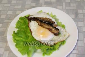 На яйцо положить 2 рыбки.