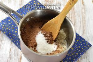 В кастрюле тщательно растереть сахар, какао и ванильный сахар.