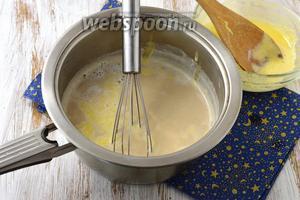 Молоко с остальным кофе довести до кипения, снять с огня. Добавить желтковую массу, интенсивно мешая и не давая желткам свернуться. Немного прогреть массу, интенсивно мешая, но до кипения не доводить.