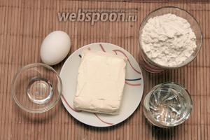 Для приготовления коржей нам понадобится мука, маргарин, яйца, уксус, вода.