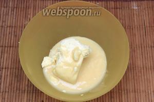 В размягчённое масло добавить небольшими порциями крем и взбить миксером.