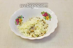 Сыр натереть на мелкой тёрке и добавить к горячим обжаренным грибам с луком, оставив немного для посыпки.