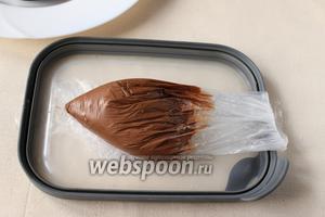 Растопим шоколад. Я разломала шоколад и поместила его в прочный пакет и опустила в горячую воду, подержала его пока он не растает.