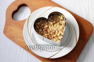 Ставим форму на тарелку. Укладываем салат слоями, количество моих ингредиентов указано для 3 порций: 1 слой — картофель, 2 слой — мясо, 3 слой — орехи.