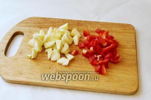 Яблоко и перец нарезать кубиками, яблоко сбрызнуть лимонным соком.