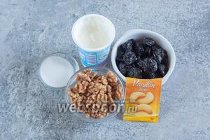 На 1 порцию в креманке, объёмом 250 мл, нужно приблизительно 60 г чернослива, 140 г сметаны, по 15 г орехов и сахарного песка и 2 грамма ванильного сахара (в ингредиентах обозван ванилином).
