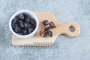 Четвертинками орехов фаршируем черносливины.