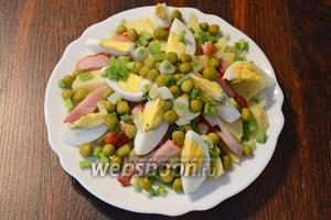 Затем посыпаем салат зелёным горошком. Салат с карбонадом готов и его можно подавать на стол, приятного аппетита!