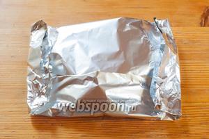 Стейки не сервируют сразу после термической обработки, их вкус улучшается, если дать мясу «отдохнуть». Время отдыха обычно равно времени приготовления, но не должно превышать 10 минут. По моим представлениям, идеальное место отдыха, особенно перед парадной сервировкой — конвертик из фольги. Дело в том, что из стейков в процессе отдыха нередко выделяется сок, которым они пачкают тарелку. Так что удобнее собрать этот сок из фольги, и там уж можно спокойно решить, как его лучше использовать.