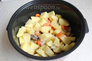 После выпечки, кладём в чашку картофель, лук, морковь и все специи, соль тоже. Включаем режим Тушение на 1,5 часа.