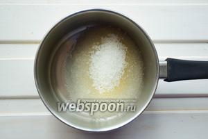Готовим сахарный сироп для меренги. Наливаем в сотейник воду и высыпаем сахар, ставим на средний огонь и доводим смесь до кипения. В это же время начинаем взбивать вторые 55 г куриного белка миксером на средней скорости. Как только сироп начнет достигать температуры в 118 градусов, снимайте сотейник с огня.