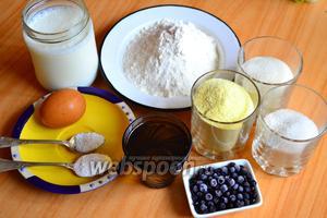 Для приготовления венгерского пирога «Богач» нам понадобится мука пшеничная, кукурузная, крупа манная, подсолнечное масло, сметана, соль, сахар, сода и замороженная черника.