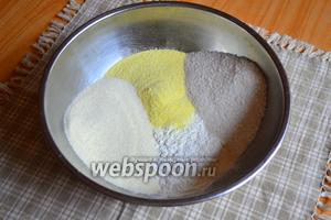 Муку просеять через сито, добавить все сухие ингредиенты.