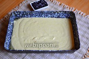 Оставшимся подсолнечным маслом смазать форму (моя 17х24 см) и вылить тесто, выровнять.