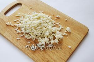 Натереть на тёрке или просто перетереть руками мягкий сыр (у меня Моцарелла с базиликом).