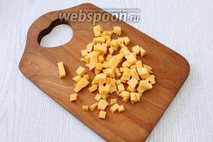 Сыр нарезаем кубиками примерно 1х1 см.