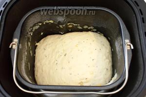 Дожидаемся окончания процесса замеса теста в хлебопечке.