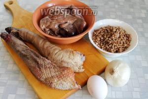 Для приготовления колбаски взять гусиные шейки, потрошки, отварную гречку, лук, яйцо, соль, перец, масло для жарки.