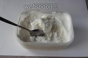 Подаем мороженое с ягодами или орехами. Учтите, что мороженое довольно быстро тает. Из такого небольшого количества продуктов получится мороженое на 3-4 порции.