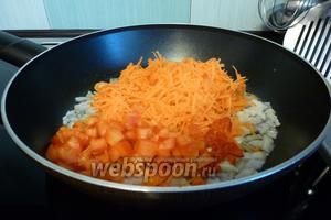 Морковь натрём на мелкой терке, сладкий перец нарежем мелким кубиком. Чили мелко нарубим, если не любите остроту, то семечки уберите. Добавим перец, чили и морковь к луку.