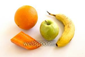 Подготовьте необходимые продукты: апельсин, бананы, морковь, яблоко.