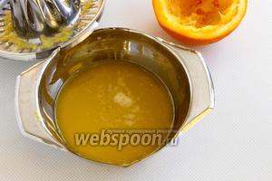 Чистый апельсин разрежьте пополам, выдавите сок.