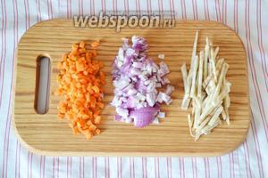 Приготовим томатную заправку. Очищаем овощи: лук, морковь и свёклу (свёклу я использую всегда кормовую, дабы избежать красного цвета картофеля). Свёклу нарезаем соломкой, а лук и морковь небольшими кубиками.