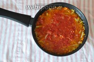 Заливаем томатным соком (я использую домашний замороженный сок помидор).