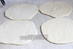 Раскатываем тесто в лепёшки. Желательно одного размера.