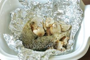 На грибы выкладываем рыбу, чуть солим.