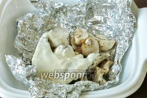 Кладём по 1 столовой ложке сливок (сметаны) на рыбу.)
