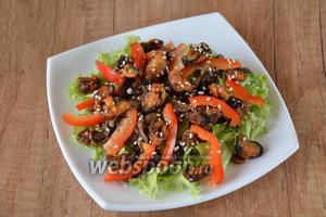Посыпаем готовый салат кунжутом. Приятного аппетита!