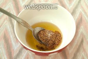 Для горчично-уксусной заливки смешать ароматное подсолнечное масло с горчицей и 1 ст. л. яблочного уксуса, добавить сахар и чёрный перец.