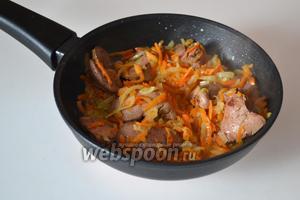 Помешивая, довести овощи до состояния мягкости (ни лук, ни морковка не должны быть сырыми).