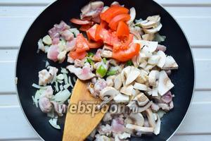 Положить овощи к курице, обжаривать всё вместе, посолив и добавив специи: сухой имбирь, красный перец, соль.