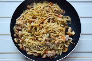 Лапшу откинуть на дуршлаг и переложить в сковороду к курице и овощам. Перемешать.
