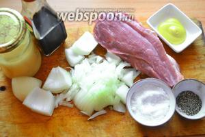 Для приготовления шашлычков на шпажках нам нужно мясо, лук, перец молотый, моль, мёд, соус соевый, горчица.
