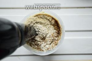 Добавляем муку, перемешанную со специями. Если используете семена льна, то измельчите их в кофемолке либо в ступке и добавьте к основной муке. Льняная мука нужна для того, чтобы впитать в себя лишнюю влагу. Автор рецепта добавляла вместо льна псиллиум, я такового не имею, поэтому воспользовалась возможной заменой. Оставим тесто на 10 минут.