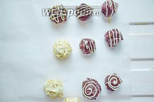Выкладывайте конфеты на пергамент и убирайте в холодильник до застывания. Хранить в холодильнике!