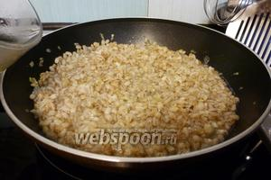 Теперь понемногу добавляем подогретый куриный (или овощной) бульон, всё время помешивая, пока перловка не приготовится.