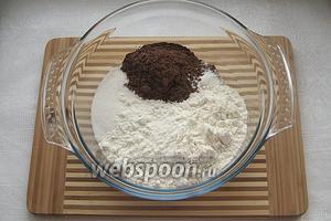 Отправляем в глубокую миску следующие ингредиенты: мука, сахар, какао, разрыхлитель, ванилин, соль.