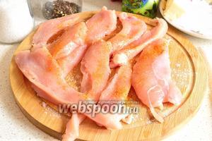 Куриное филе нарезаем тонкими ломтиками (до 1 см толщиной). Размер кусков не имеет значения. Ломтики солим, перчим и приправляем специями по вкусу.