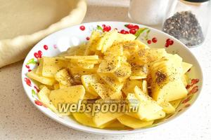 Затем картофель приправить солью и специями, перемешать.