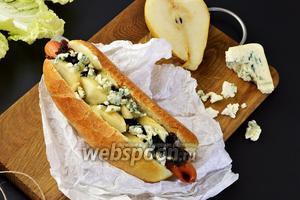 Хот-дог с луковым джемом и голубым сыром