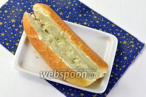 Выложить внутрь булочек достаточное количество тёплого соуса Блю чиз.