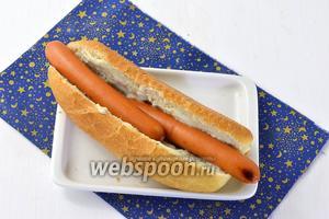 Выложить в булочку на соус горячую колбаску (у меня выложены 2, так как они небольшое по размеру).