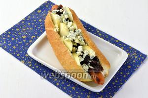 Украсить хот-дог крошками голубого сыра и сразу же подавать.