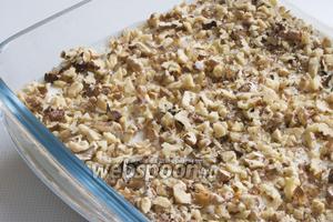 Грецкие орехи обжарьте на сухой сковородке, измельчите и посыпьте ими десерт.
