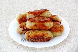 Обжарить колбаски со всех сторон на жире до подрумянивания.
