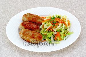 Подать колбаски с овощным гарниром.